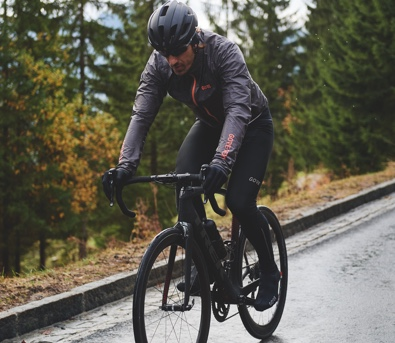 An athlete showcasing Gore bike wear for men made with GORE-TEX fabric.